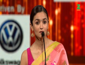 Alia Bhatt Wins The Best Actor (Female) For Udta Punjab At ZCA 2017