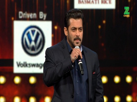Salman Khan Presents The Lifetime Achievement Award To Sridevi At ZCA 2017