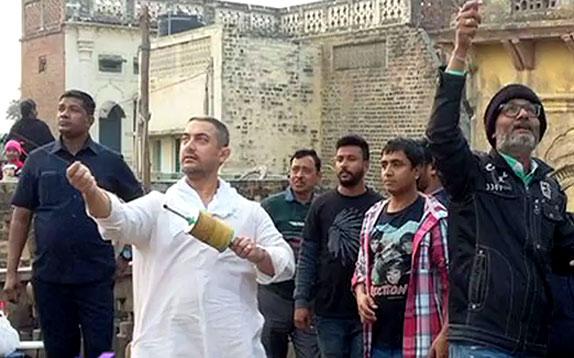 Aamir Khan Hosts Special Screening Of 'Dangal' | Full Ep - July 27, 2016 | Bollywood Life