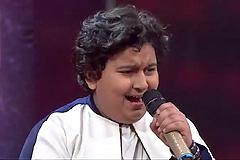 Dhroon Tickoo Sings Gore Gore Mukhde Pe Kala Kala Chasma Sa Re Ga Ma Pa Lil Champs 2017 - August 05, 2017 | ZEETV
