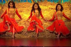 Kalpita, Shweta & Shweta Warrier's Kathak and Bollywood Style Dance Performance on Dhak Dhak Karne Laga Song Dance India Dance 2017 - November 25   ZEETV