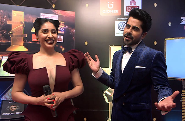 Neha Bhasin Sings on the on the red carpet of Zee Cine Awards 2017