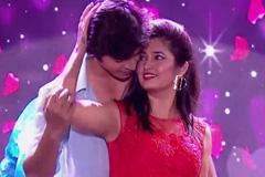 Nupur & Neeraj's Cute Romance | Zee Marathi Awards 2017