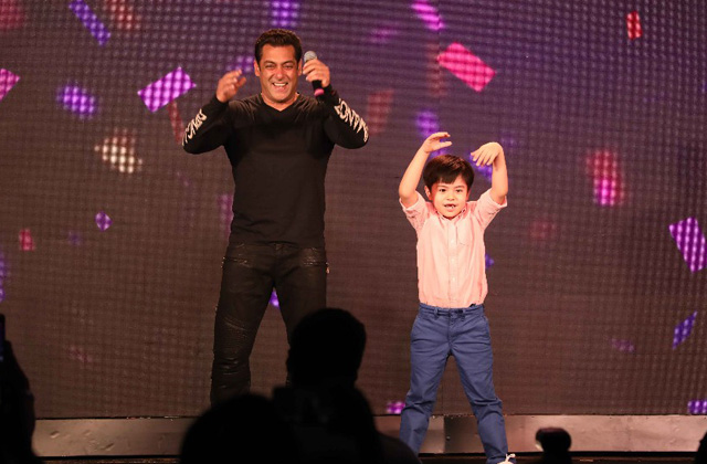 Salman Khan Upstaged By This Li'l Superstar