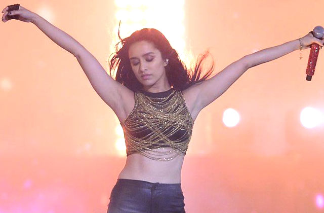 Shraddha's Live Singing At 'Rock On 2' Concert