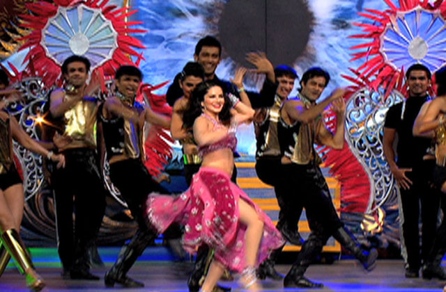 Sunny Leone Dances on Laila's Song - ZCA 2017