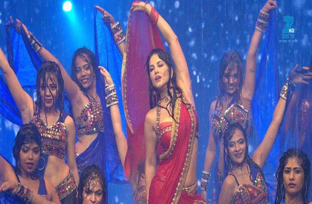Sunny Leone Hot Rain Dance | Big Entertainment Awards 2017 | OZEE Exclusive