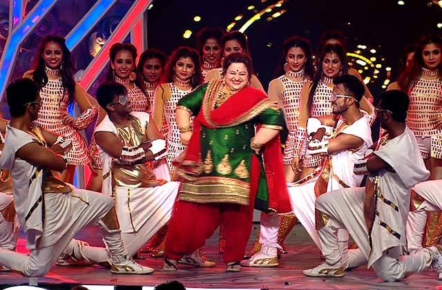 Supriya Shukla's Performs On Kar Gayi Chul | Zee Rishtey Awards 2017