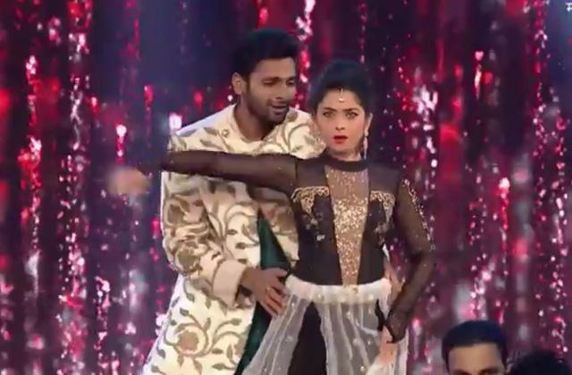 Zee Chitra Gaurav Puraskar 2017 Vaibhav And Sonali Kulkarni Performance