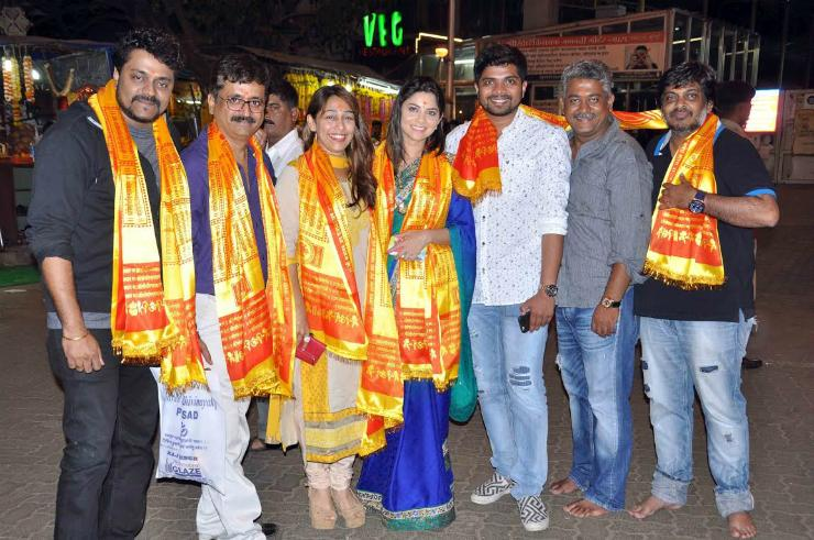 'Poshter Girl' seeks the blessings of Siddhivinayak