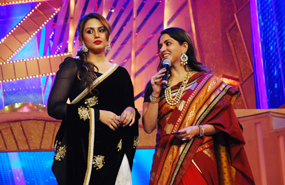 Huma Qureshi Presenting An Award