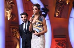 Ranveer Singh Presenting Awards To Deepika Padukone