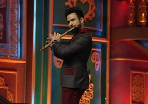 Host Rithvik Dhanjani's 'Flute' surprise for Sonali Bendre on India's Best Dramebaaz!